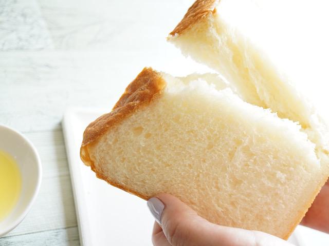 パンをちぎっているところ
