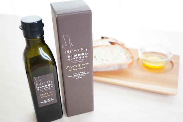 オリーブオイル瓶と箱とパン