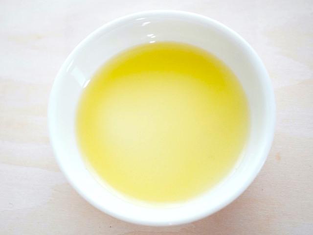 小皿のオリーブオイル