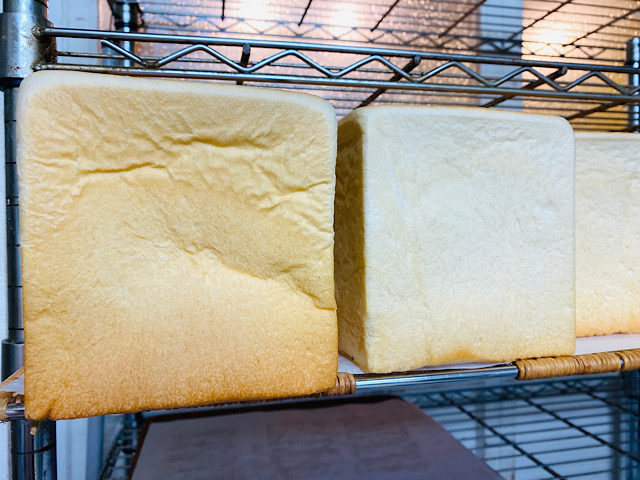 焼き上がったパンの棚