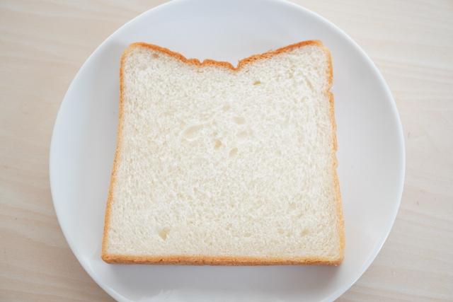 お皿にのせた食パン