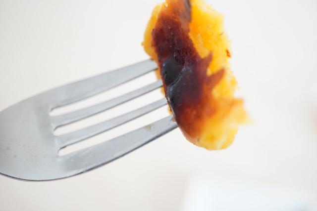 トースターで焼いたスイートポテトにフォークを入れたところ