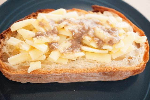 バケットにチーズとバターソースをかけたところ