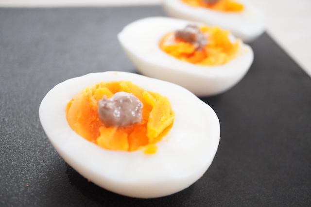 アンチョビをのせたゆで卵