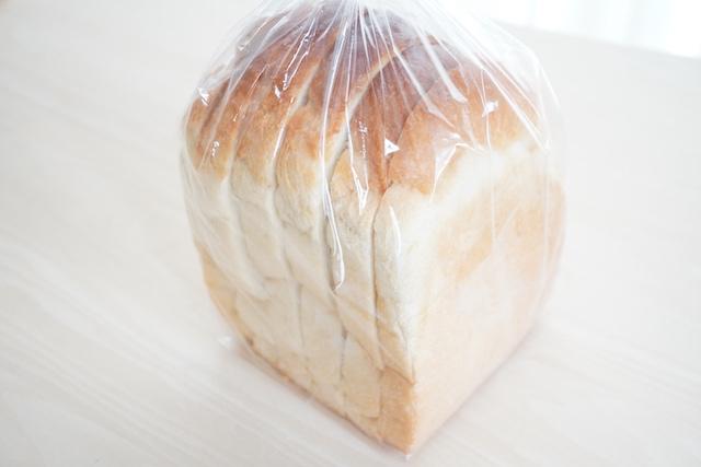 袋に入った塩食パン