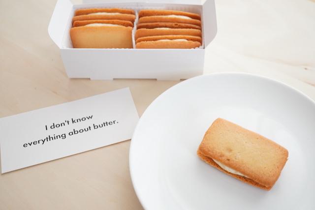 箱に入ったバターサンドとお皿にのせたバターサンド