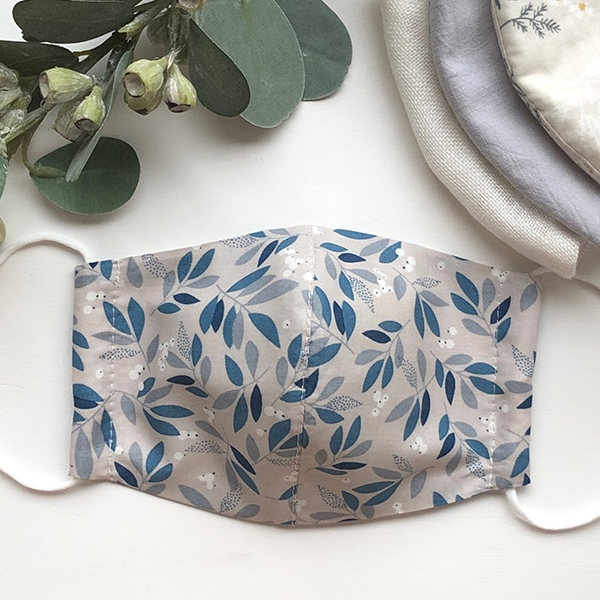 夏用 速乾 通気◎ブルーとグレーの木の実柄 薄手コットン裏ガーゼ 立体 布マスク【木の実と葉の柄 】