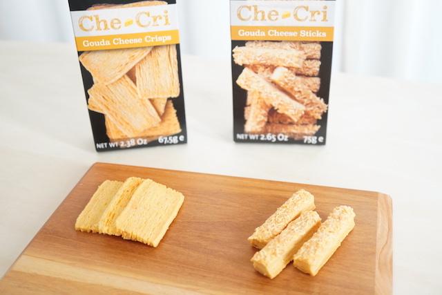 2種のパッケージと、チーズスティックとチーズクリスプ