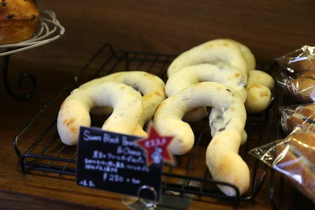 黒豆とクリームチーズ パン