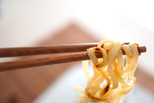 麺を箸で持ち上げたところ