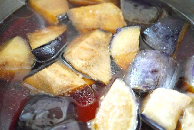 鍋で煮込んだ揚げなす