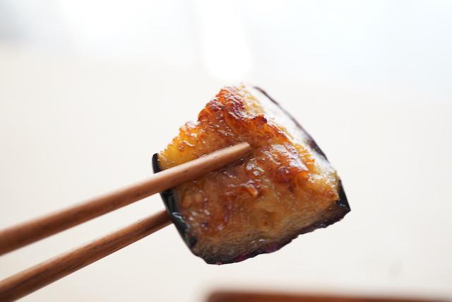 炒めた揚げなすをお箸で持ち上げたところ