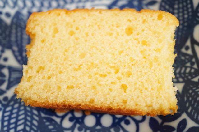 カットしたパウンドケーキ