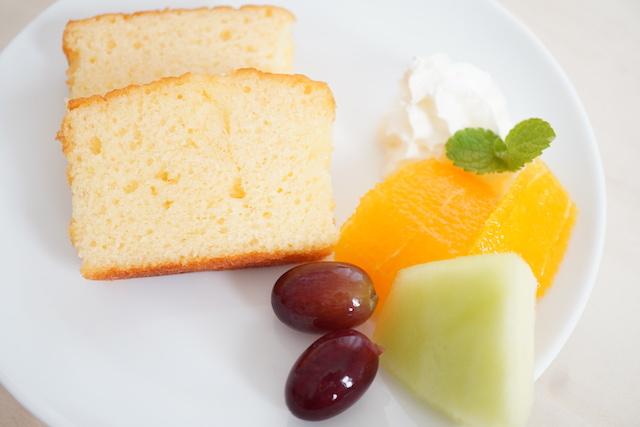 フルーツを添えたパウンドケーキ