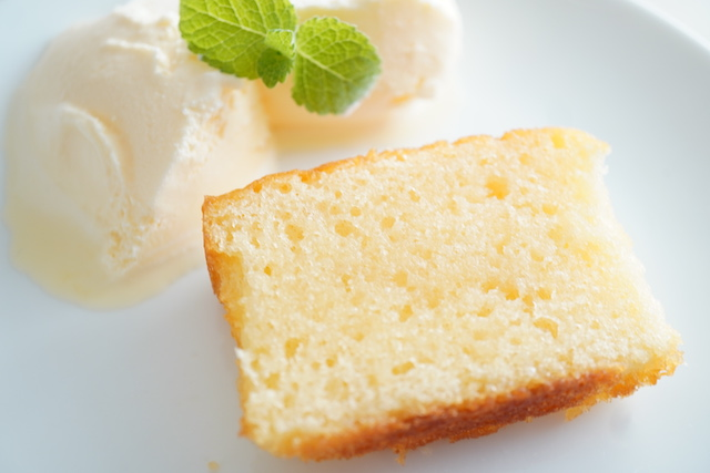 ブランデーに浸したケーキとアイス