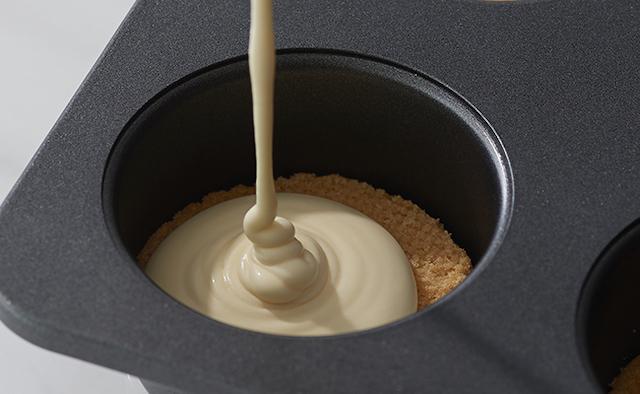サブレに注がれるチーズクリーム