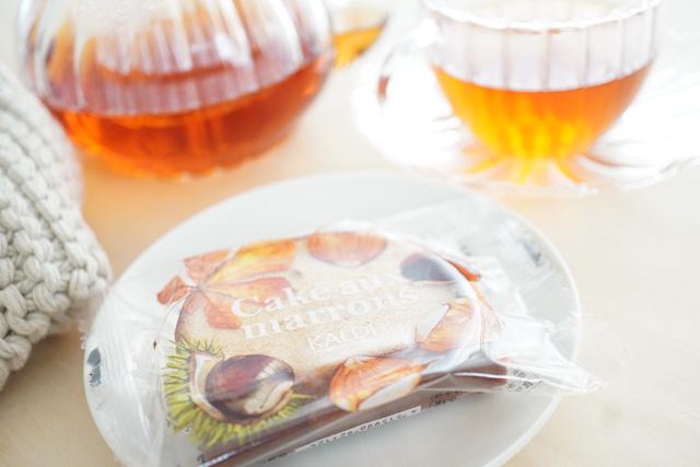 紅茶とパッケージに入ったケークオマロン