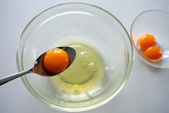 【知っ得ライフハック】これなら失敗しない!卵の黄身と白身を一瞬でわける方法