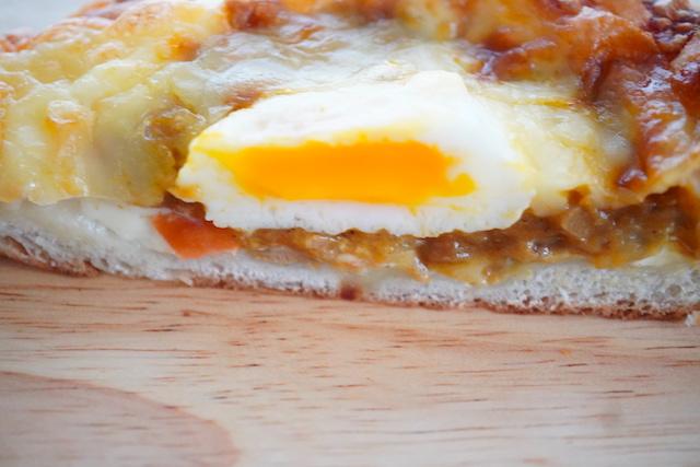 半熟たまごの焼きチーズパン断面