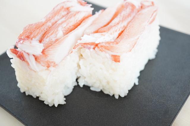 半分に切ったカニカマ寿司