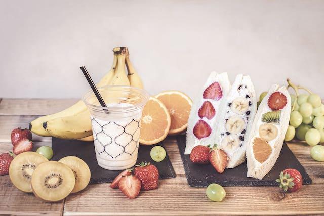 フルーツサンドとバナナジュース