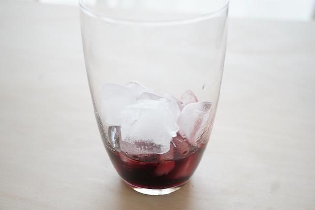 カシスリキュールと氷