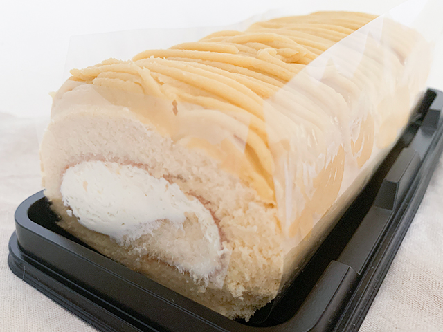ロールケーキの上には安納芋ペーストがたっぷり