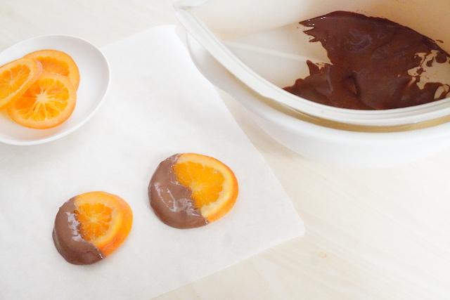 湯煎したチョコレートとオレンジ