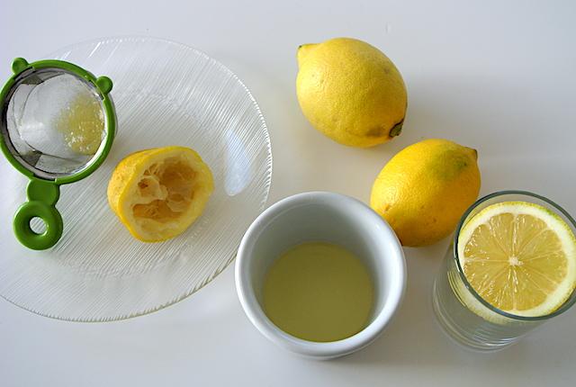【知っ得ライフハック】力いらずでレモンを絞る方法。握力のない人でもバッチリ!