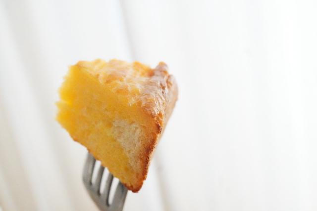 フォークに刺したフレンチトースト