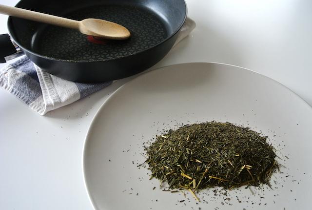 """【知っ得ライフハック】古くなった緑茶を、""""ほうじ茶""""にリメイクする裏ワザ"""