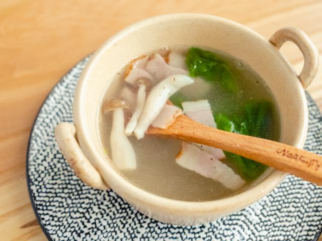 ベーコンとしめじとレタスのスープ