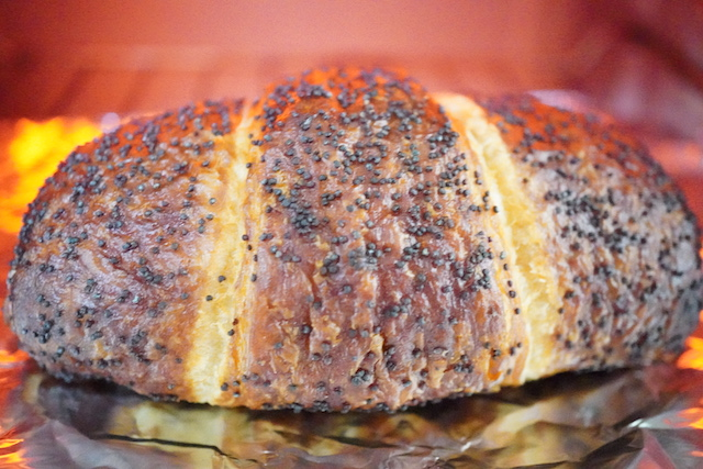 トースターで焼いているクロワッサン