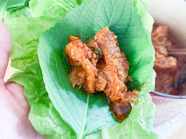 サンチュとエゴマの葉に巻いて食べるのがオススメ