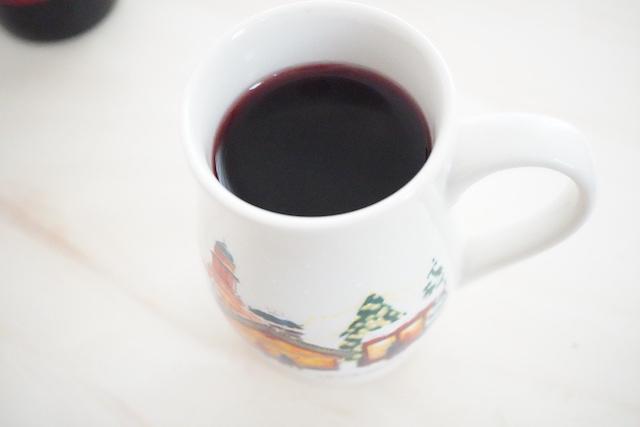 マグカップにワインを注いだところ