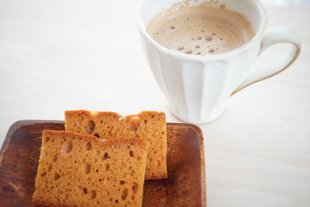 スパイスケーキ パールシュガーとコーヒー