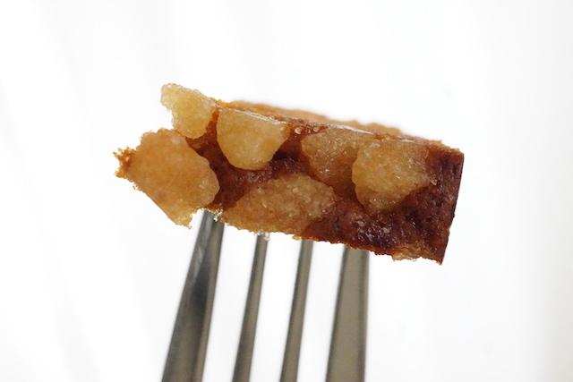フォークに刺したスパイスケーキ パールシュガー
