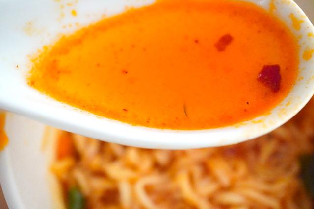 スープの入ったレンゲ