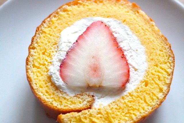 お皿にのせたロールケーキ