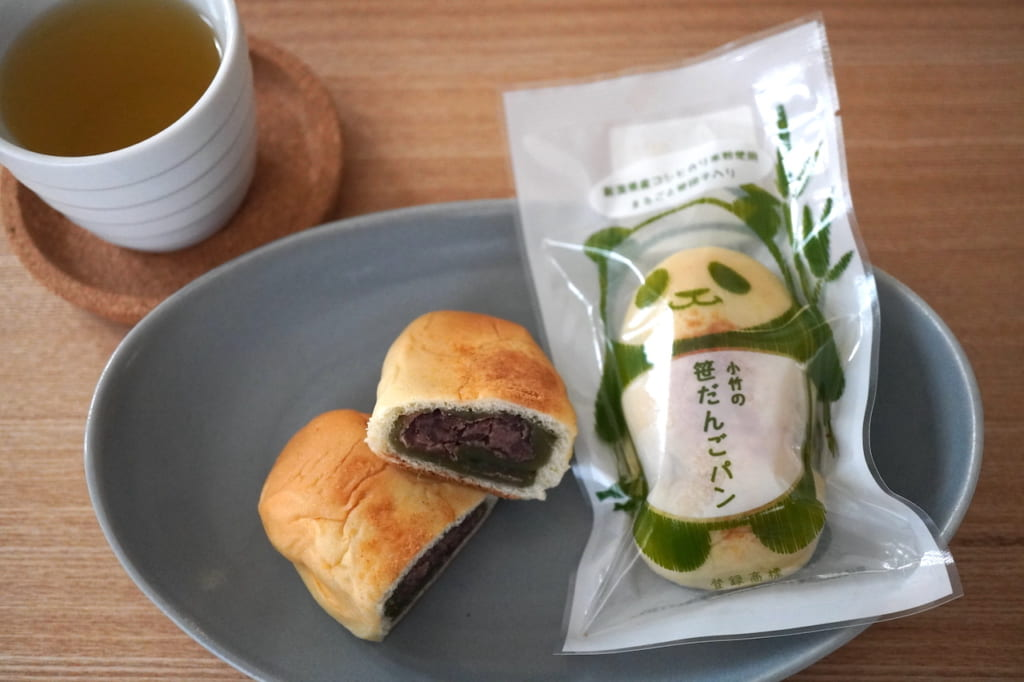 緑茶とカットしたパンとパッケージ