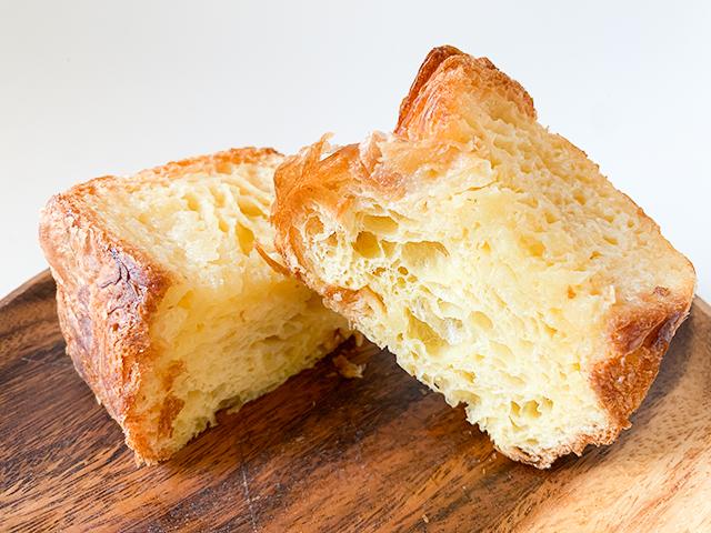 半分に切ってみると、中の方までバターが…