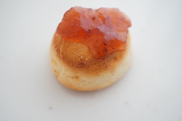 苺ジャムをのせた焼きブレッド