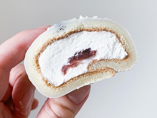 求肥生地と塩豆が程よい塩気があり、中のロールケーキのクリームと粒あんの相性も最高!