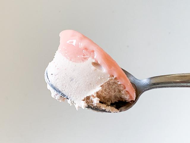 スプーンで一口すくうと、アイスが2層になっていました