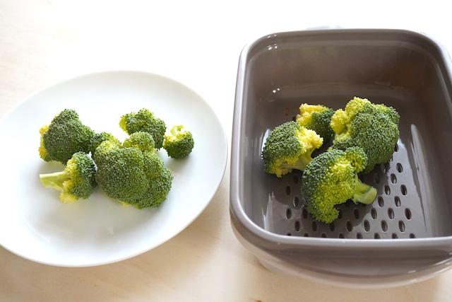 お皿と温野菜メーカーの中のブロッコリー