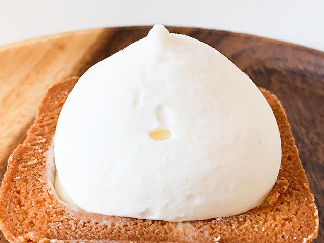 チーズの風味が香る生チーズムース、そしてその下には焼かないで仕上げる濃厚な生チーズスフレ。という2層構造
