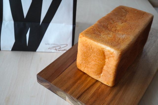 カットしていない食パン