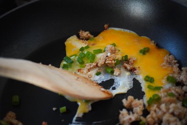 卵とネギも一緒に炒めているところ