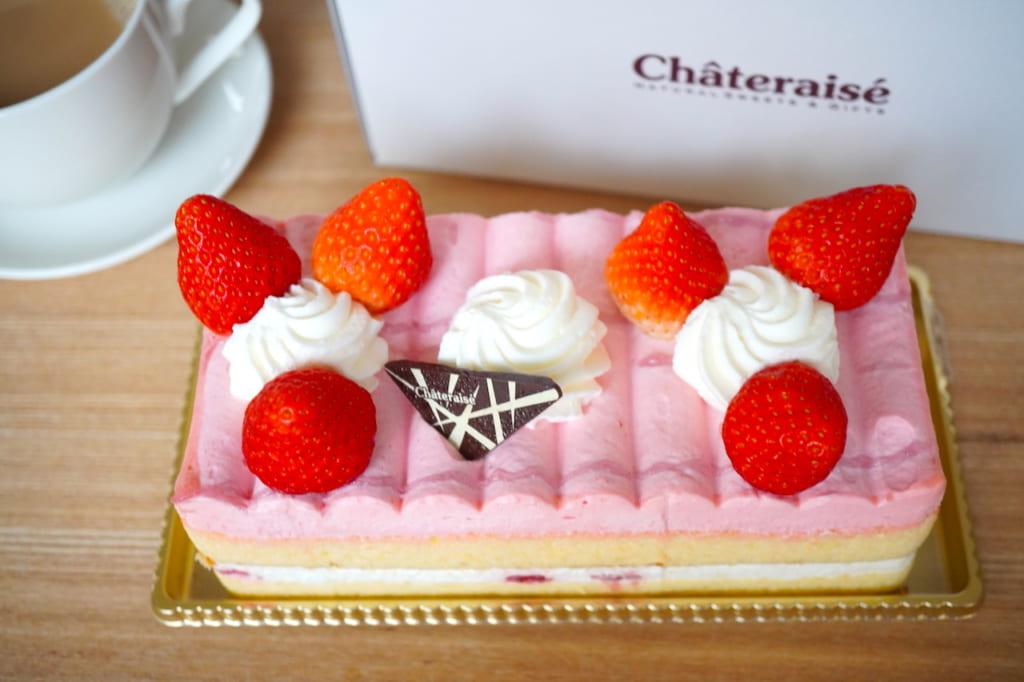 苺バトンと紅茶、ケーキの箱