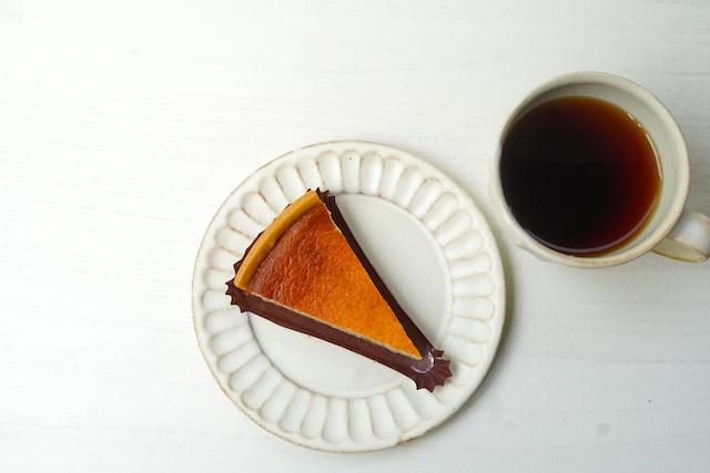 上から見た濃厚ベイクドチーズケーキとコーヒー